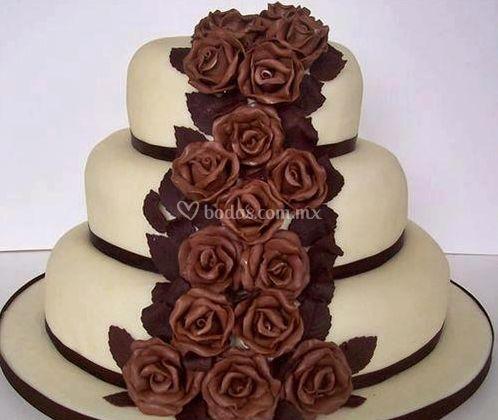 Pastel con rosas de chocolate