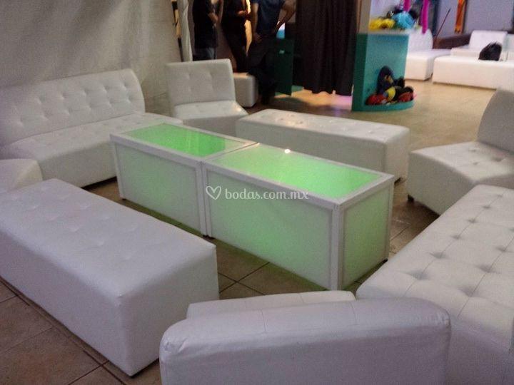 Salas lounge con mesa iluminación