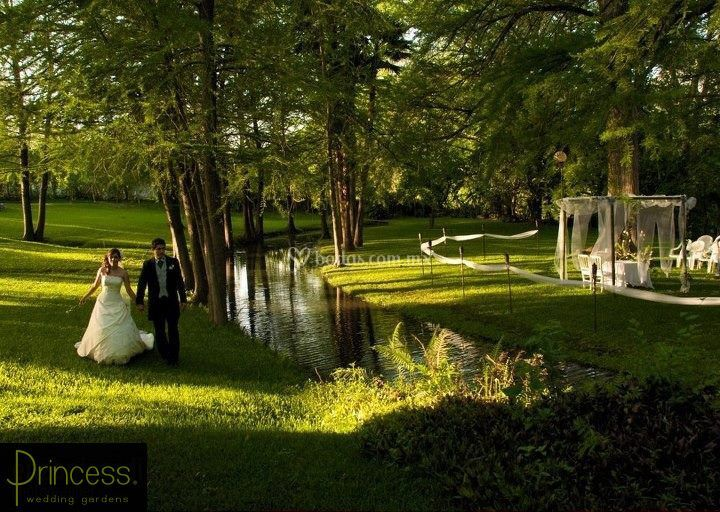 Princess wedding gardens for Atuendo para boda en jardin
