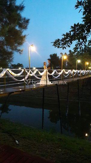 Puente con lienzos y luces