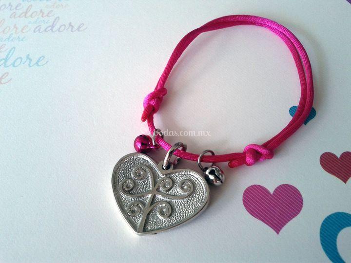Pulsera corazón con cascabeles