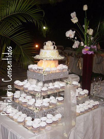 Pastel en fondant y cupcakes