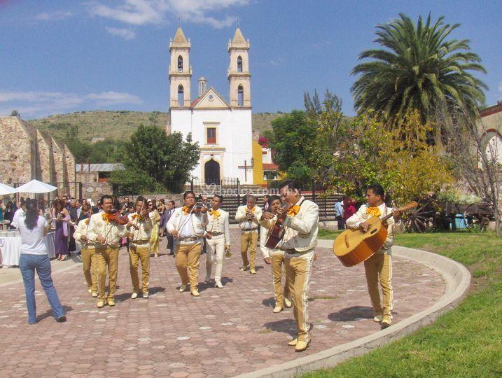 Iglesia y Mariachi