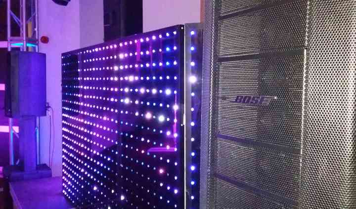 Cabina iluminada y audio bose