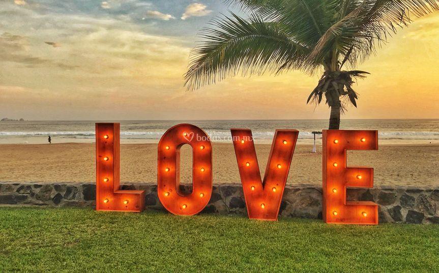 Letras LOVE atardecer