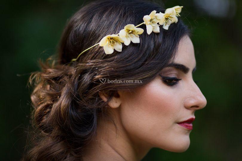 Diadema flores porcelana de María Sariñana