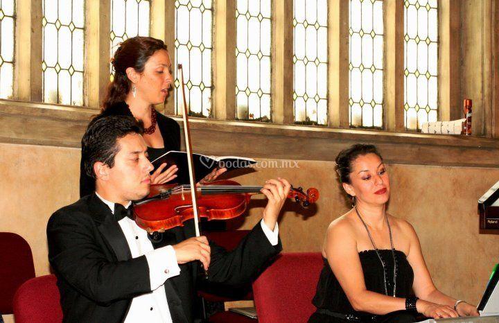 Piano, violín y voz