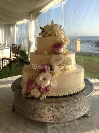 Pastel de boda frente al mar