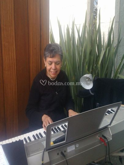 Maestra Lolita Galindo piano