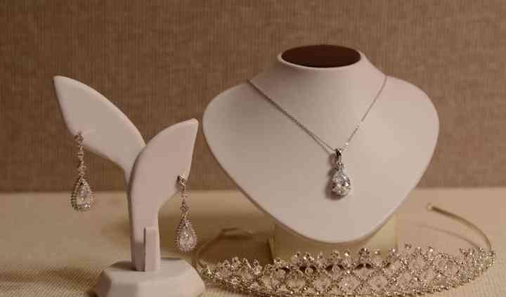 Cadena, aretes y tiara