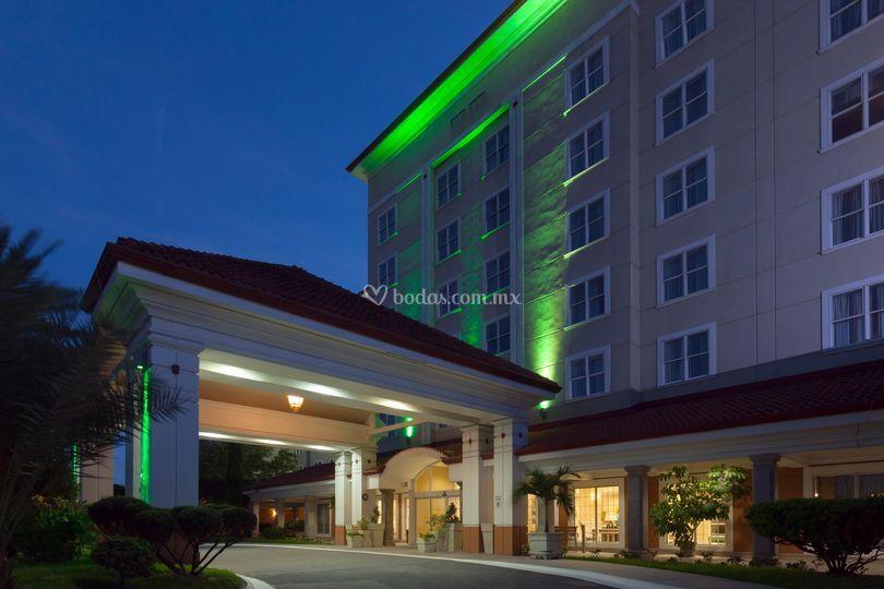 Fachada lateral hotel de noche