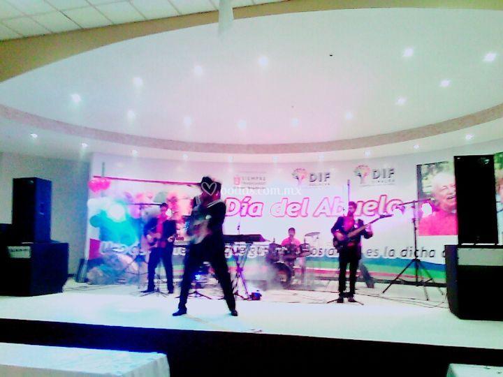 En pleno show Salón Las Flores