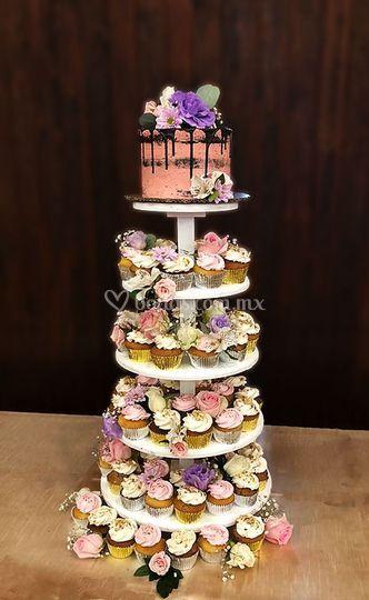 Torre de cupcakes y pastel.