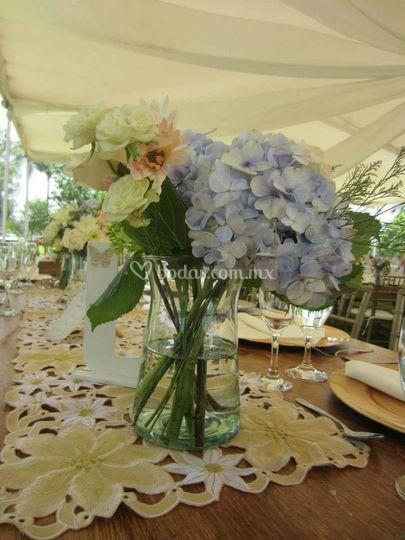 Decoración en mesas con carpa