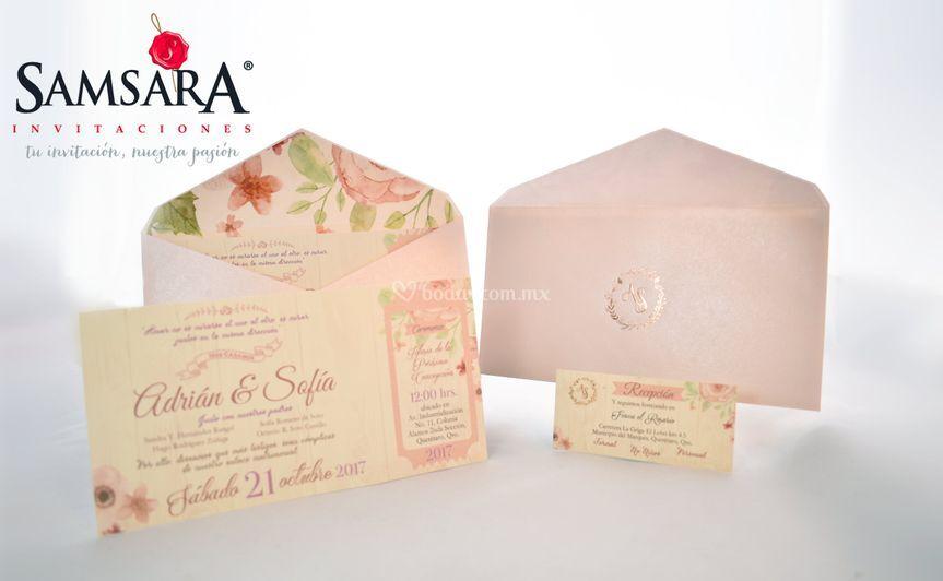 Sobre rosa con postal