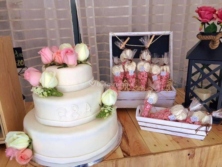 Pastel y conos de merengues