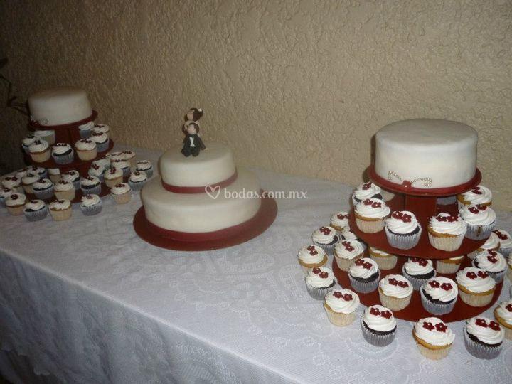 Mesa de pastel y cupcakes