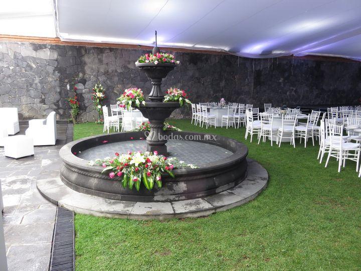 Fuente con arreglo floral de jard n casa de piedra foto 24 - Jardin fuente de piedra ...