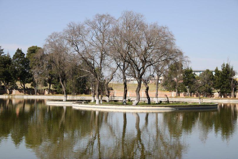 Lago con isla de corazón