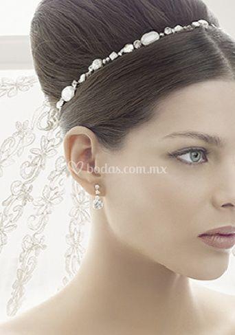 Velo bordado y tiara de perlas
