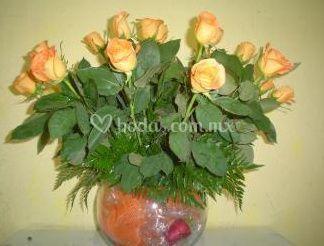 Pecera de cristal adornada con rosas