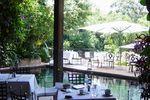 Mesas alrededor de la piscina