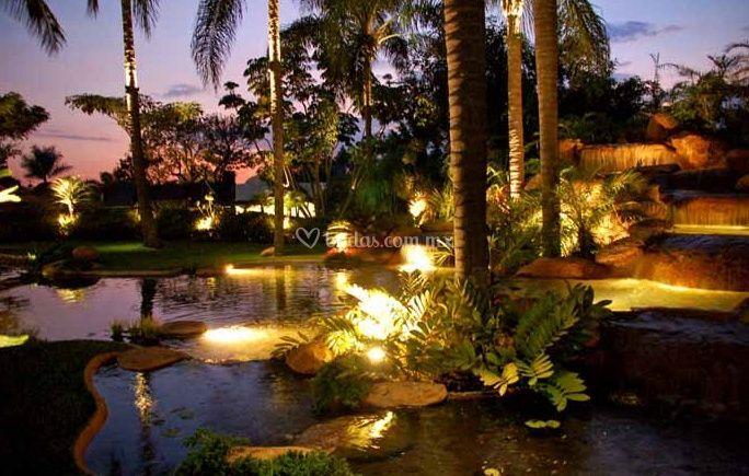 Lago decorado con luces de jard n ramayana foto 10 for Luces empotradas jardin