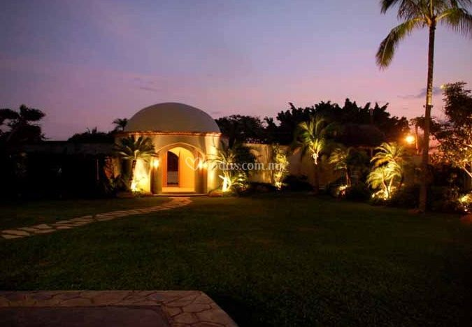 Vista nocturna del jardín