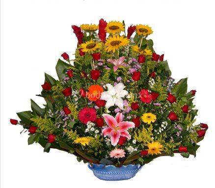 Bellas flores en base de cerámica