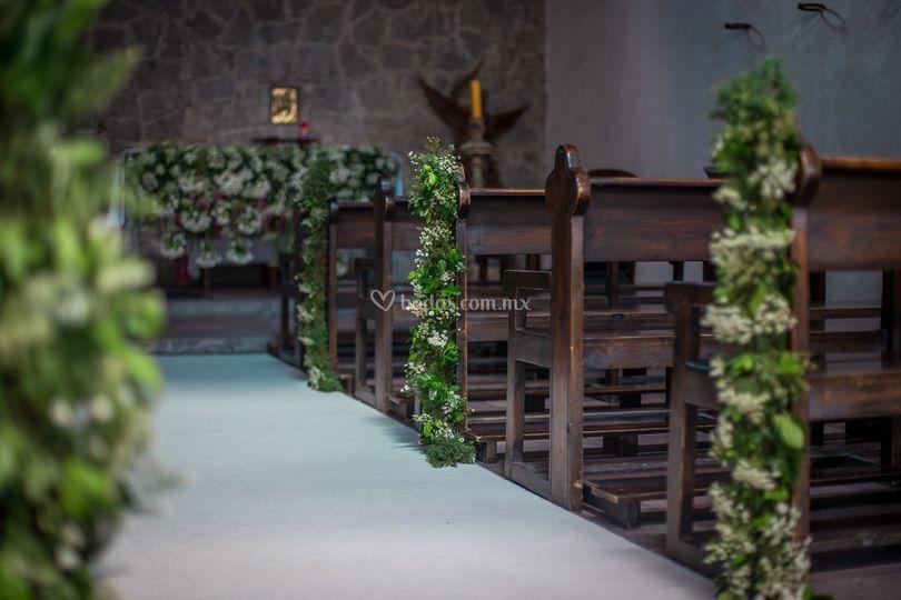 Guirnaldas  pasillo de iglesia de Aurora Flowers & Flavors