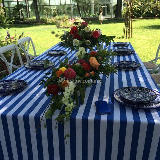 Montaje de mesa con flores