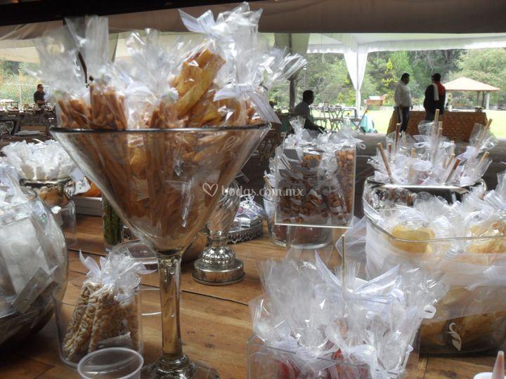 Mesa de snacks y postres