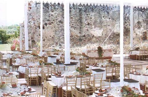 Mesas decoradas para banquete al aire libre