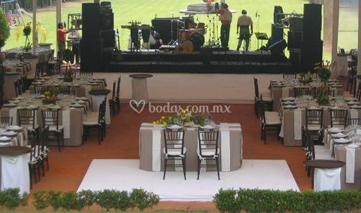 Mesas decoradas para banquete y equipo para sonido en vivo
