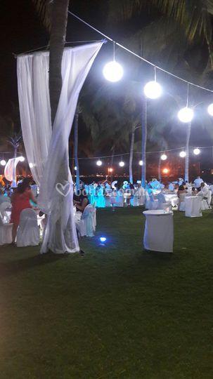 Banquete de noche iluminado