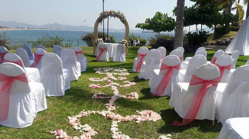 Ceremonia arco flores jardín de Barceló Karmina