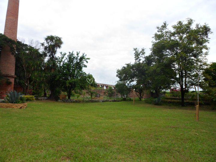 Jardín y chimenea