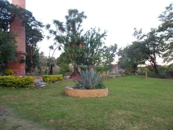 Jardín con chimenea