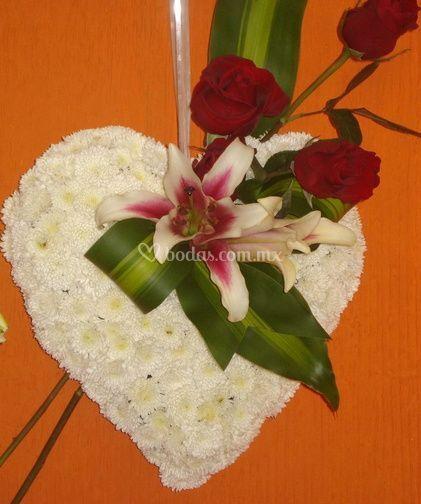 Corazón blanco con rosas rojas