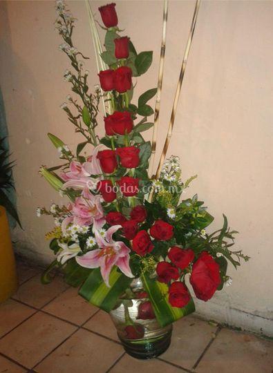 Rosas en florero de vidrio