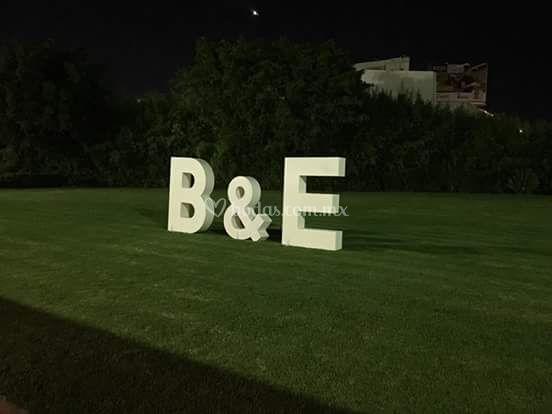 Letras gigantes con iluminacio