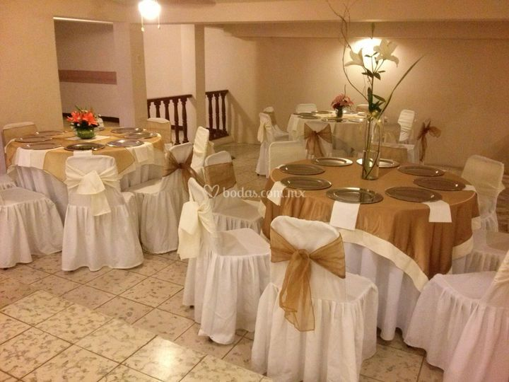 Sal n de eventos bluemoon for Arreglos para boda en salon