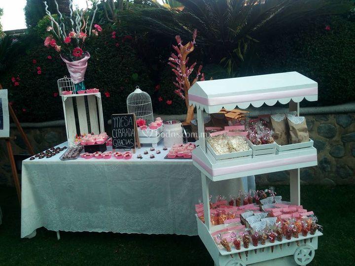Mesa de dulces y botanas