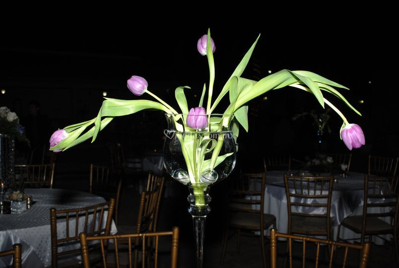 Centro de mesa copa con tulipanes