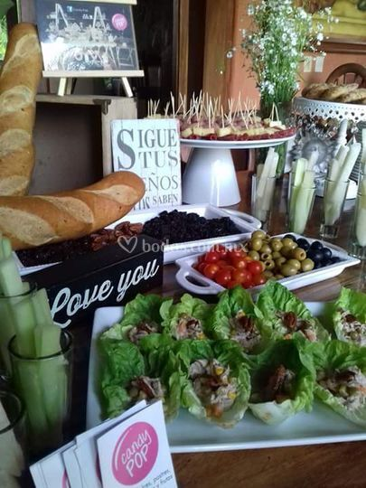 Mesa de quesos y canapés