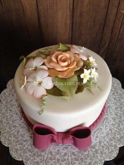 Pastel con flores de fondant