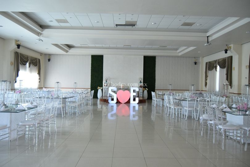 Vista salón y mesa principal