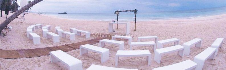 Decoración de sillas y piso en tabla  al lado del mar