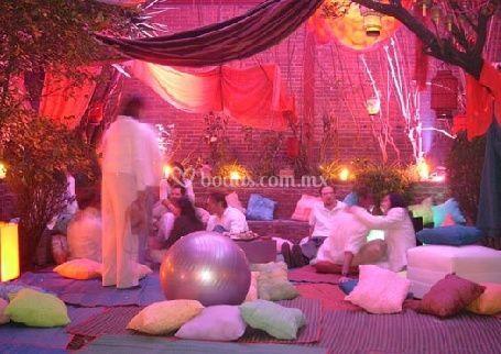 Decoración con luces variadas y cortinas en el salón de descanso