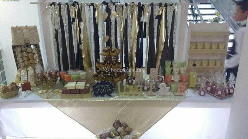 Mesa de dulces con cortinero
